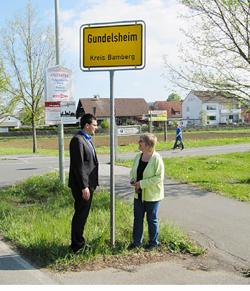 Bürgermeister Jonas Merzbacher spricht mit Betreuerin Sabine Sauer